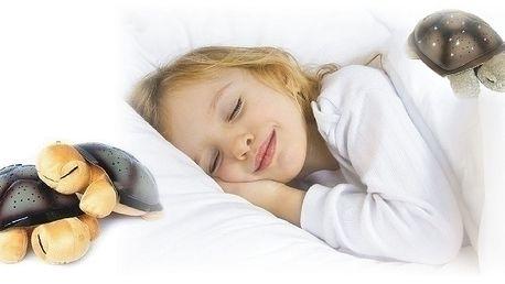 Lampička promění dětský pokoj v nebe plné zvězd.