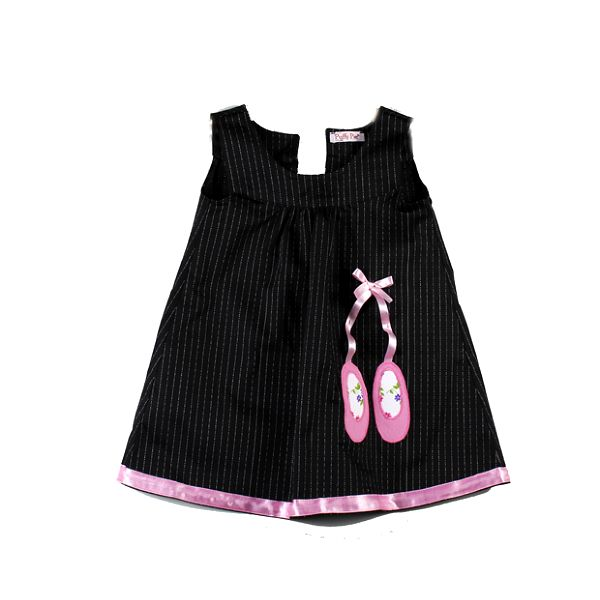Černé šaty s baletními botičkami od Puffy Pie