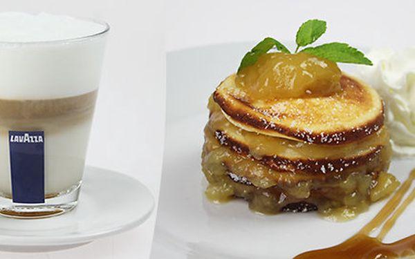 Tvarohové lívanečky s jablečným pyré se skořicí a šlehačkou, a s kávou italské značky Lavazza - pro dva