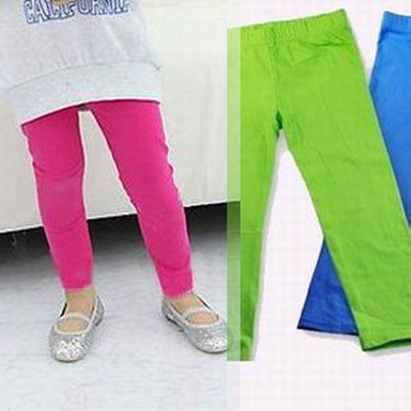 Dětské legíny jsou praktické do školky pod kalhoty místo punčocháčů, v případě promočení či zašpinění vyměníte jen ponožky a nemusíte celé punčocháče! Na výběr z 6ti barev.