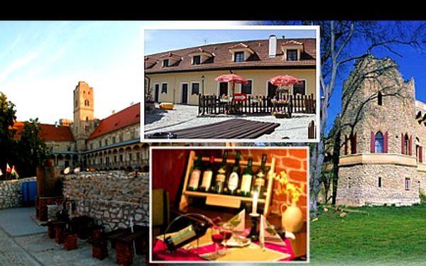 5denní ROMANTIKA pro 2 v Zámeckém penzionu ROTUNDA včetně bohaté SNÍDANĚ, obloženého talíře a luxusního vína za skvělých 3 450 Kč. Užijte si dokonalou atmosféru kouzelného LEDNICKO-VALTICKÉHO AREÁLU a přírodu kolem Pálavských vrcholků.