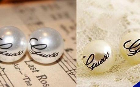 Buďte šmrncovní ve stylových stříbrnýchperlových naušničkách módní značky GUESS!