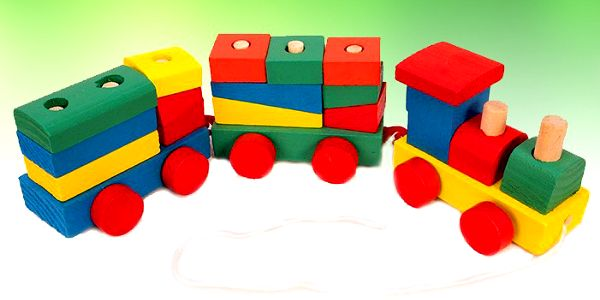 Dřevěný vláček se dvěma vagonky a lokomotivkou