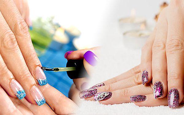 Modeláž gelových nehtů nebo doplnění