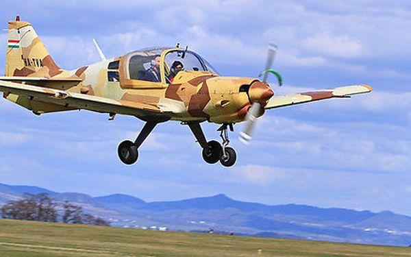 Akrobatický let v britském cvičném letounu