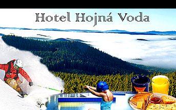 Víkendový RELAX pro DVA v hotelu HOJNÁ VODA se SNÍDANÍ a LAHVÍ VÍNA v nedotčené přírodě NOVOHRADSKÝCH HOR se slevou 48 %: nedaleko lyžařská střediska, aquapark Gműnd, ZOO, Žofínský prales, trasy pro běžky přímo u hotelu a mnoho dalšího.