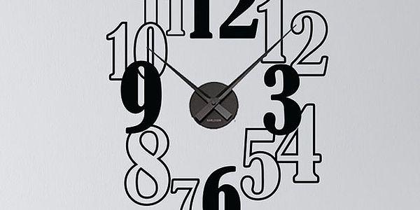 Dekorační hodiny s černobílými čísly
