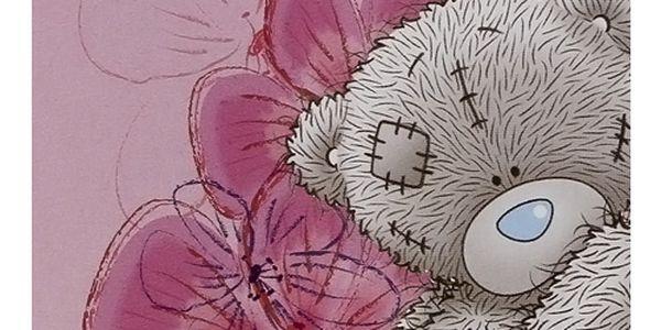 Kvalitní flaušová deka s motivem medvídka Me to You, barva tmavě růžová s květinami.