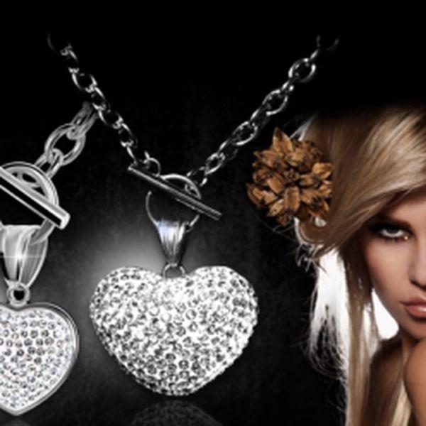 Elegantní řetízek se zářivým přívěskem ve tvaru SRDCE! Nádherný šperk z chirurgické oceli osázený čirými ZIRKONY jen za 299 Kč včetně poštovného! Překvapte na VALENTÝNA svou milovanou polovičku třpytivou pozorností!