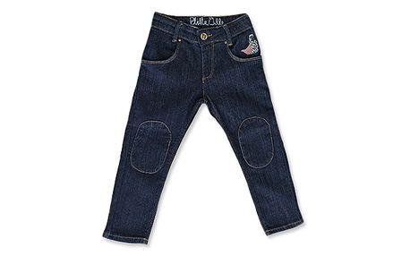 Klasické tmavé džíny s moderními záplatami na kolenou