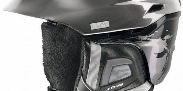 Uvex Comanche 2 helma s monomatickým komforním uzamykatelným systémem upevnění na bradě pomocí jedné ruky.