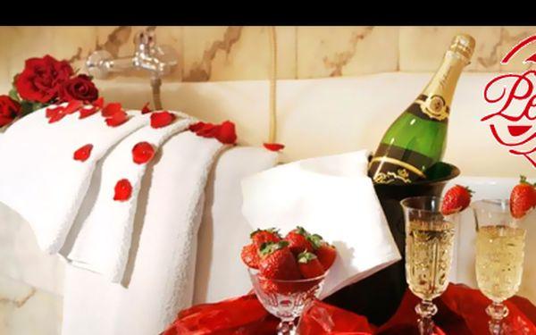 Zapomeňte na každodenní šeď a užijte si s partnerem za 1190 Kč dva dny plné romantiky v luxusních pokojích penzionu Lucie, který získal ocenění Penzion roku 2009.