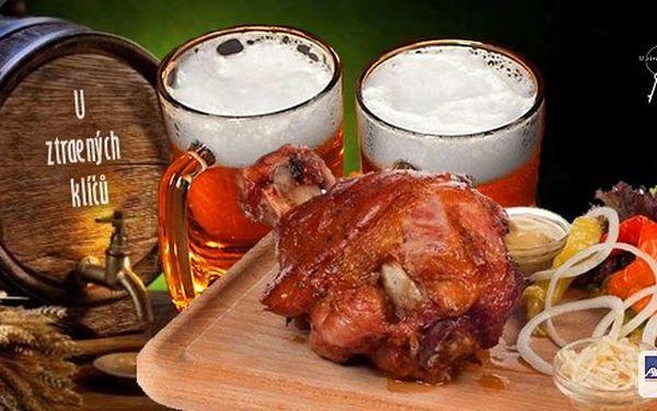 Šťavnaté pečené koleno na černém pivě a patero koření podávané s hořčicí, křenem a chlebem. Opravdu fantastický požitek v restauraci U Ztracených klíčů na Vyšehradě!