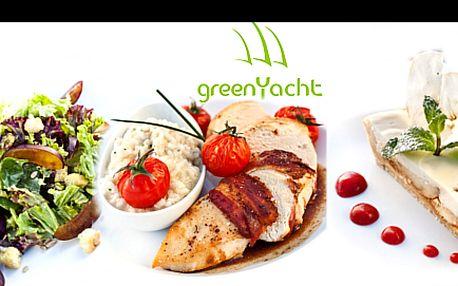 TŘÍCHODOVÁ VEČEŘE NA LODI GREEN YACHT PRO DVĚ OSOBY se slevou 50 %: Vychutnejte si každé sousto: zimní Green Yacht salát nebo vepřová terina, slaninou rolovaná vepřová panenka nebo kuřecí prsíčko balené ve slanině Pancetta a jalečný koláč s omáčkou z rebarbory.