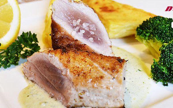 2 grilované steaky z tuňáka žlutoploutvého