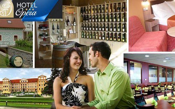 Romantický pobyt pro 2 osoby na 3 dny v Hotelu Opera*** pouhých 100 m od krásného barokního zámku a romantické zámecké zahrady v Jaroměřicích nad Rokytnou. Snídaně, večeře při svíčkách, láhev vína, sauna, bowling a vstupenky na zámek.