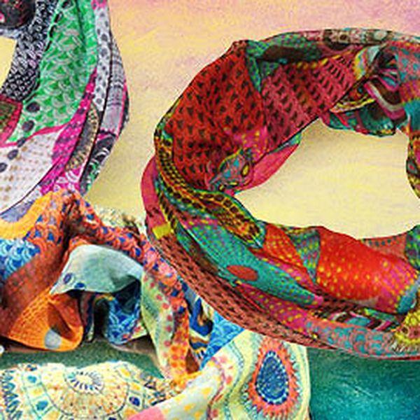 Pestrobarevné tunelové šály s kruhovými vzory