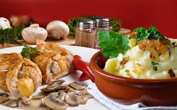 Šťavnaté menu pro 2 osoby za 149 Kč v Občerstvení Karolína, u stejnojmenného OC v centru Ostravy! Kuřecí kapsa se šťouchanými bramborami s cibulkou a slaninou!
