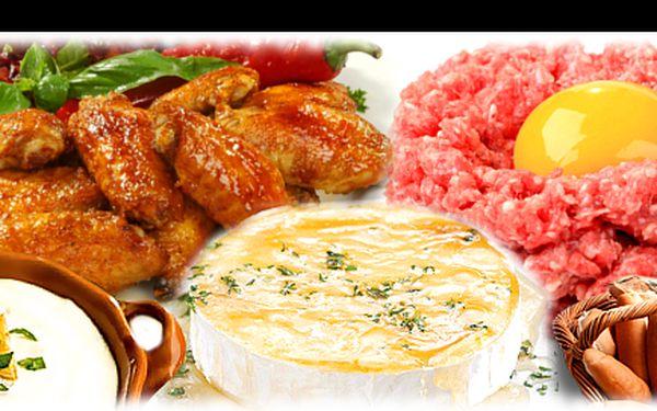 """Gurmánský zážitek """"mísa ekvádor"""" ve stejnojmenné restauraci se slevou 60 %: rozpékaný hermelín, 300 g křídel smažených, 400 g křídel pečených s marinádou, 100 g nenamíchaného tataráku + 6 půlek topinek a česnekový dip!"""