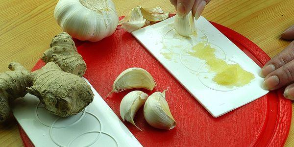 Kuchyňské stěrky a třítka na česnek (plastové)