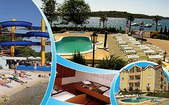 Týden v chorvatské Vodici od 1990 Kč! Luxusní apartmány s bazénem přímo u pláže!