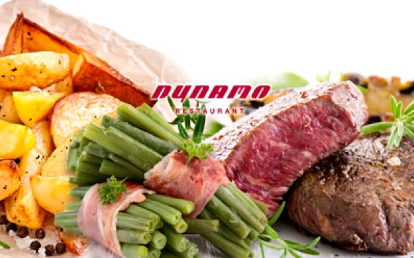 Luxusní steaková hostina jen za 329 kč! Řecká pasta z pečených lilků s toastem a šťavnatý rib eye steak ochucený směsí barevných pepřů podávaný s restovanými fazolkami a panchettou včetně steakových brambor!