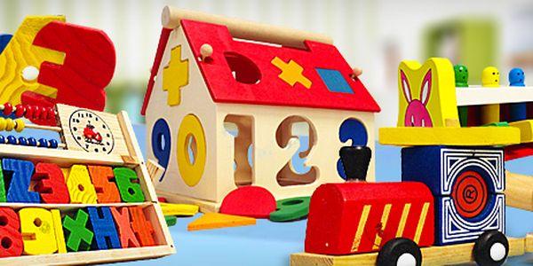 Dřevěné hračky rozvíjející myšlení nejmenších dětí: zábava a zdokonalování se