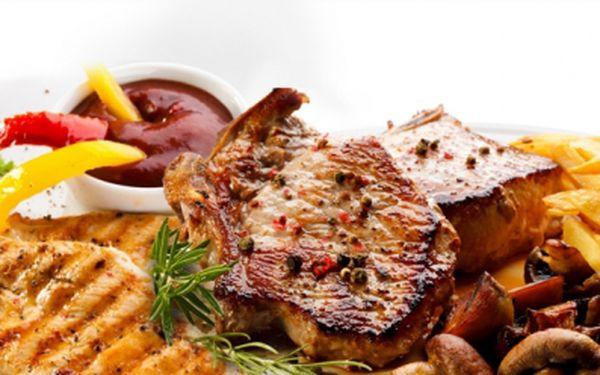 600g šťavnatého masa na 3 různé variace jen za 235 kč! 200g vepřových kotlet v pikantní marinádě, 200g krkovice s červeným pepřem, 200g kuřecích prsou s provensálském koření, 3 libovolné přílohy a salátek!