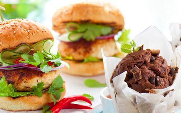 Dva kuřecí burgery a dva čokoládové muffinky