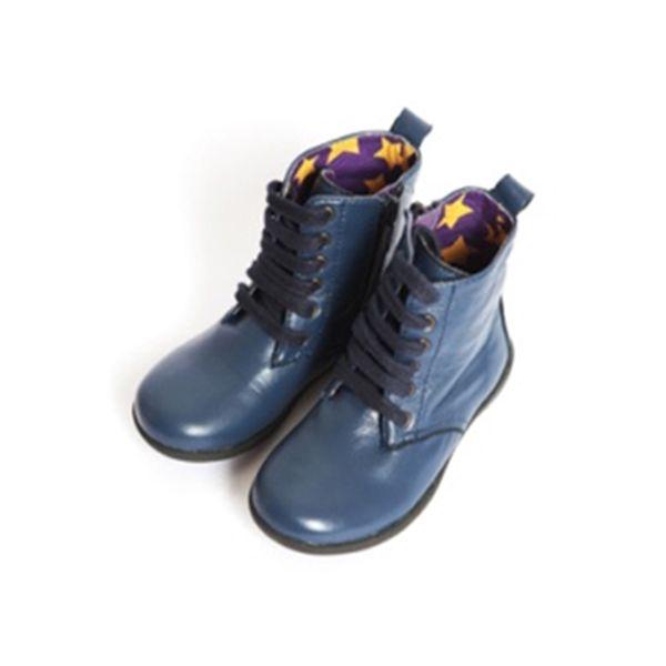 Modré kožené boty se dvěma typy tkaniček
