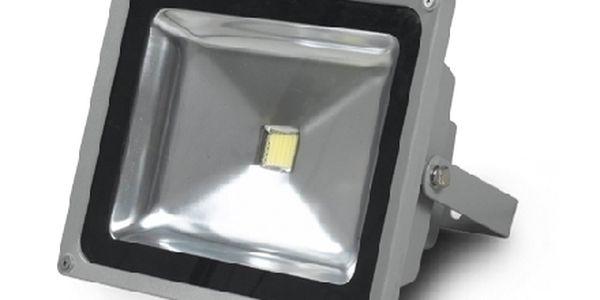 LED reflektor za 599 Kč včetně poštovného. Moderní čip nahradí klasický 200W reflektor a ušetří 90% energie !