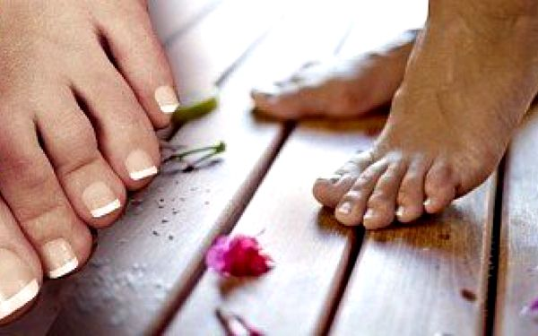 Letní zkrášlení do sandálků - potažení nehtů na nohou gelem a depilace lýtek