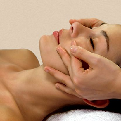 Energizující kosmetické ošetření včetně parafínového zábalu na ruce i nohy. Jedinečná procedura pro obnovení lesku a vitality pleti, báječný relax.