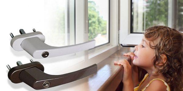 Uzamykatelná OKENNÍ KLIKA (bílá nebo hnědá) za super cenu 179 Kč! Dopřejte svým dětem bezpečný domov a nainstalujte ji všude, kde hrozí Vašim ratolestem riziko úrazu.