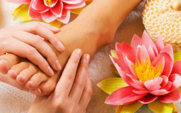 Mokrá pedikúra s relaxační masáží včetně lakování barvou dle výběru