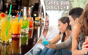 Dva míchané drinky v koktejl baru Caffé Dieci