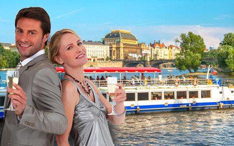 Plavba centrem Prahy se sklenkou sektu
