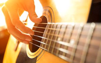 Akustická kytara z lipového dřeva s nylonovými strunami