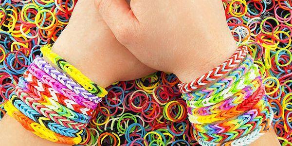 Sady gumiček nebo dekorací na vytváření módních náramků