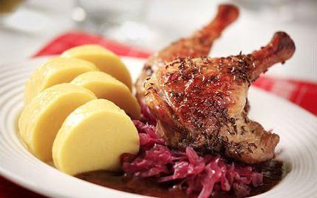 Pečená kachna s knedlíkem a zelím pro tři osoby