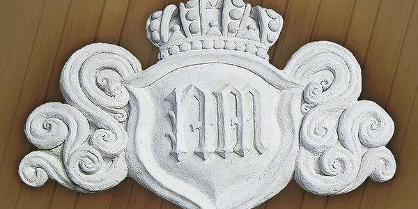 Erb s vlastním monogramem nebo číslem domu na ozdobu fasády či interiéru
