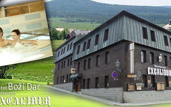 Pobyt na 3 nebo 5 dní pro dva v hotelu Boží Dar Excalibur s vynikající polopenzí, kávou a zákuskem, zapůjčením holí na Nordic Walking, billiardem, bowlingem a lahví vína na rozloučenou.