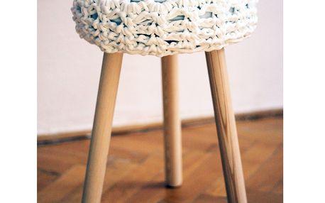 Háčkovaná bílá židlička, světlé nohy