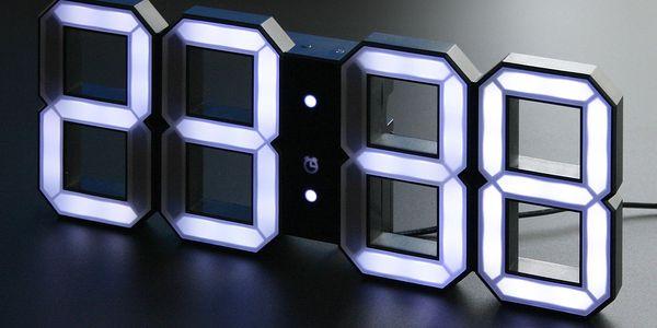 Černé LED hodiny od Vadima Kibardina