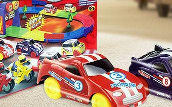 Set autodráhy a autíček: skvělé závody. Užijte si spoustu zábavy a napětí!