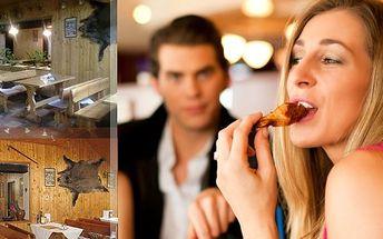 Mísa plná smažených dobrot! Kuřecí a vepřové řízky, smažený sýr, hermelín, niva a navrch tvarůžky! Skvělá hostina pro 3-4 osoby v restauraci Na Scestí. To je jedinečná nabídka pro všechny milovníky dobrého jídla!