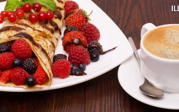Káva a palačinky s horkými malinami