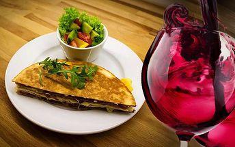 2x sýrová quesadilla a 2 sklenky červeného vína v Praze