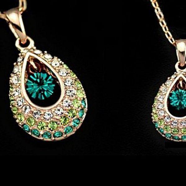 Elegantní náhrdelník ve tvaru kapky ve zlaté barvě s kamínky ve 3 barvách – pánové z Vás zaručeně nespustí oči!