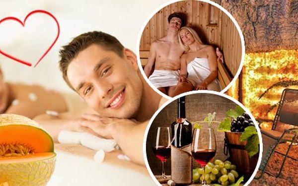 Privátní finská sauna, solná jeskyně a masáže s omamnou vůní cukrového melounu pro 2 osoby! Jako valentýnský speciál navíc vynikající občerstvení a lahev vína či šampaňského. Každý si zaslouží hýčkat - dopřejte sobě a své polovičce romantickýzážitek.